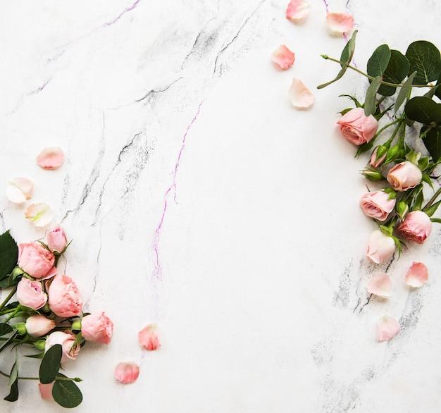 Fondo de vacaciones con rosas rosadas Foto Premium
