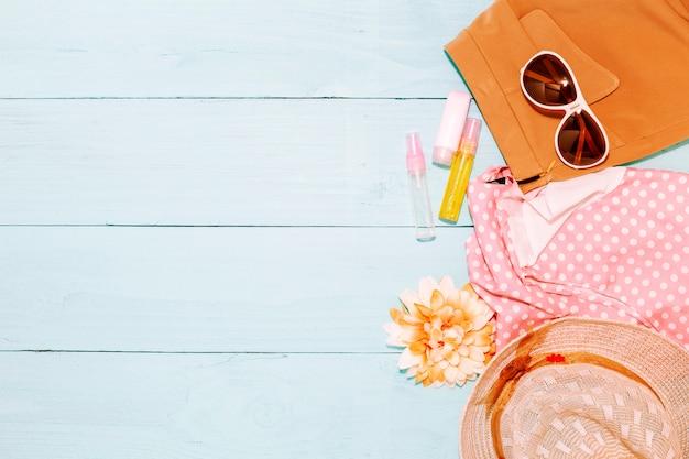 Fondo de verano, conjunto de objetos de verano y accesorios sobre fondo de madera Foto Premium