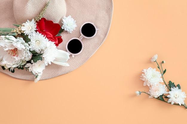 Fondo de verano con flores y un sombrero. Foto gratis