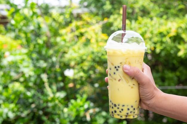Fondo verde, té verde y árboles bokeh. Foto gratis