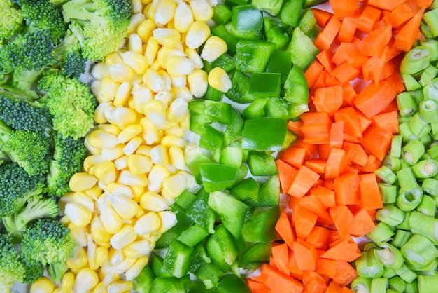 Fondo de verduras y frutas alimentos saludables para la vida frutas frescas variadas verduras amarillas y verdes selección mixta varios brócoli pimiento zanahoria rodaja de maíz y frijoles de patio para la salud Foto Premium