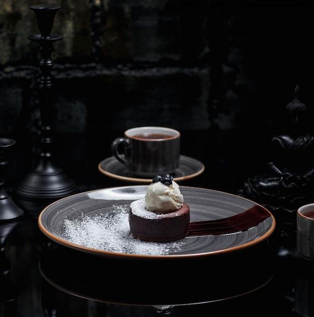 Fondue de chocolate con polvo de azúcar y helado de vainilla .imagen Foto gratis