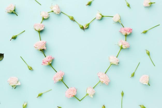 En forma de corazón hecha de flores planas Foto gratis