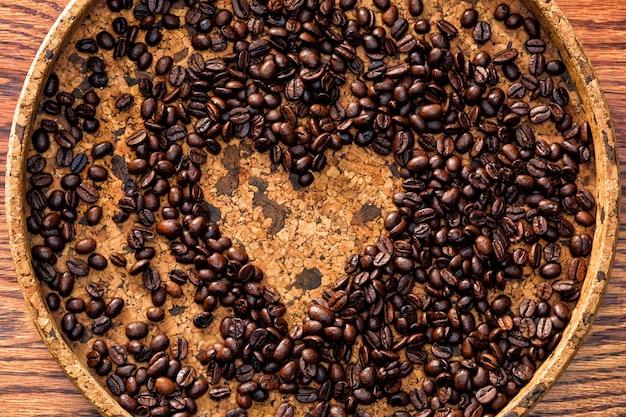 Forma de corazón hecha de granos de café. Foto gratis