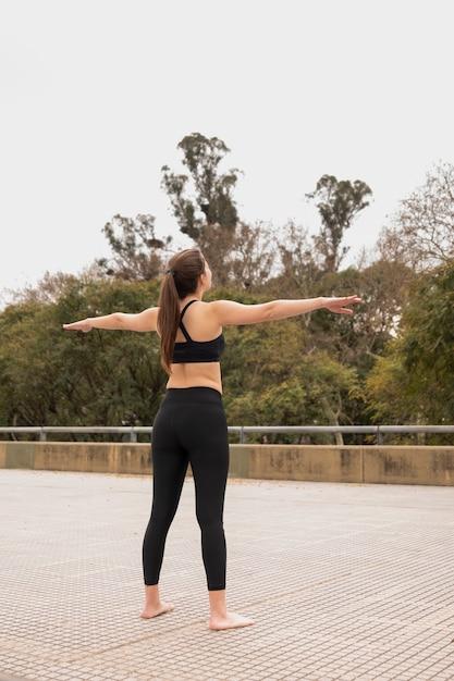 Forma hermosa mujer entrenamiento al aire libre Foto gratis