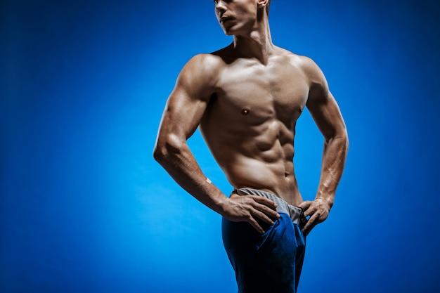 Forma joven con hermoso torso en azul Foto gratis