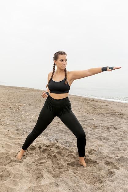 Forma joven mujer en ropa deportiva Foto gratis