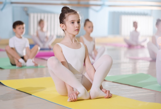 La formación de jóvenes bailarines en el estudio de ballet. Foto Premium