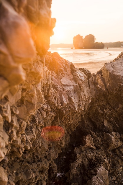 Formación rocosa en playa idílica Foto gratis