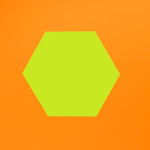 Formas geométricas sobre fondo naranja Foto gratis