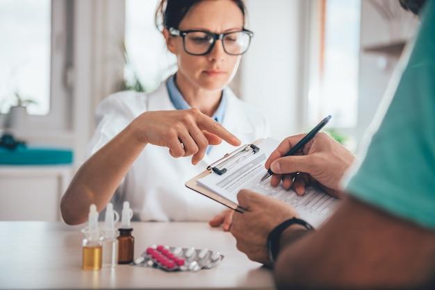 Formulario de reclamo de seguro de salud que presenta el paciente Foto Premium