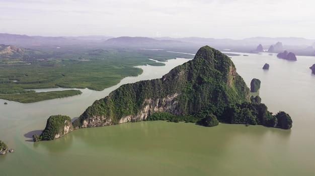 Foto aérea del paisaje montaña y costa tailandia Foto Premium