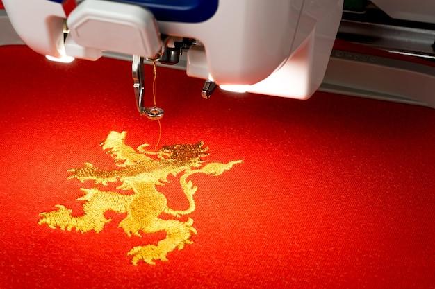 innovative design super specials half off Foto de bordado de la máquina de coser y el logo de león de ...