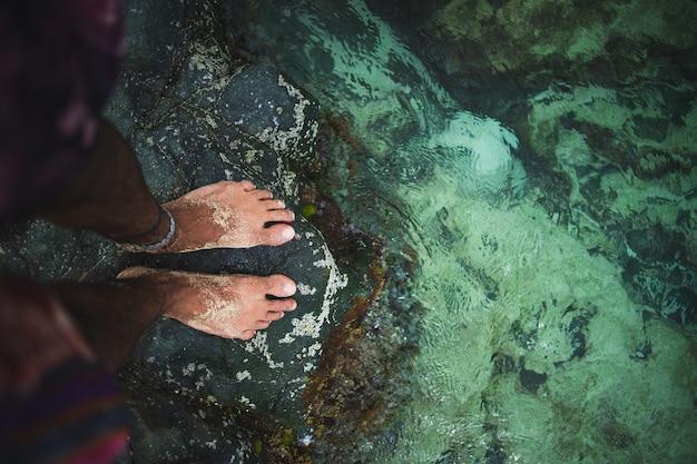 Foto creativa de un hombre con los pies en el agua en st maarten, el caribe Foto gratis