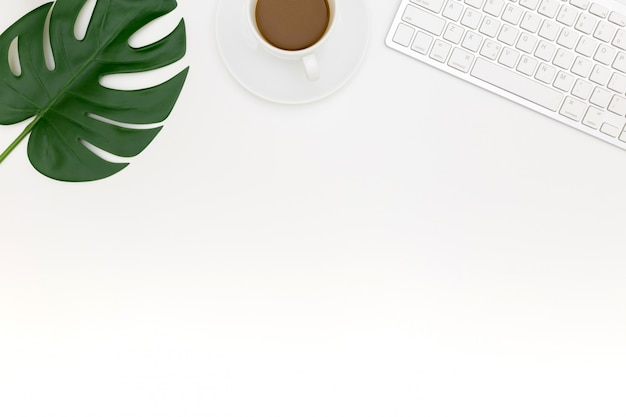 Foto creativa plana del lugar de trabajo moderno con computadora portátil, Foto Premium