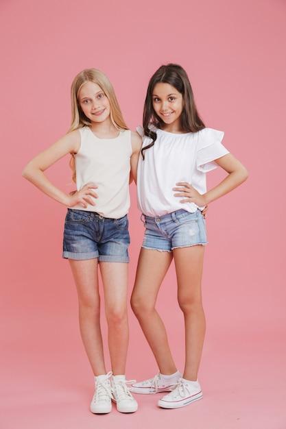 Foto De Cuerpo Entero De Ninas Felices De 8 A 10 Anos Vistiendo Camisetas Y Pantalones