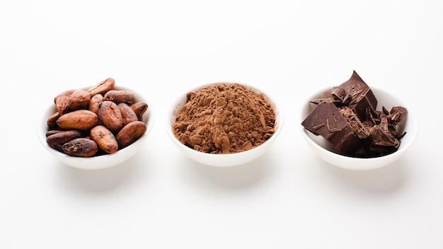 Foto de estudio de cacao y frijoles crudos Foto gratis