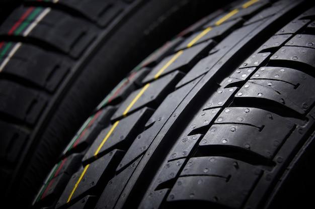 Foto de estudio de un conjunto de neumáticos de verano. iluminación contrastante Foto Premium