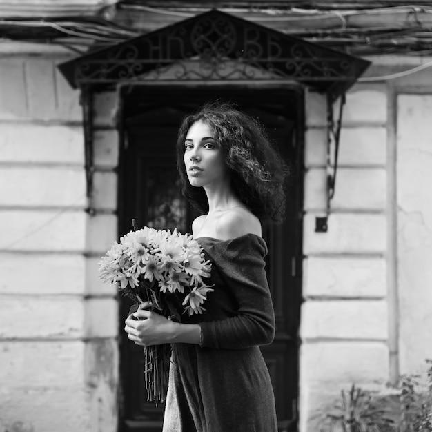 Foto incolora del estilo de moda de una mujer joven Foto gratis