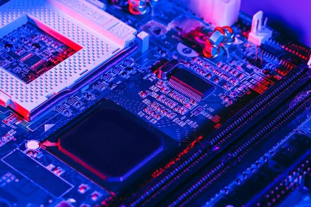 Foto oscura de una placa de circuito electrónico Foto Premium