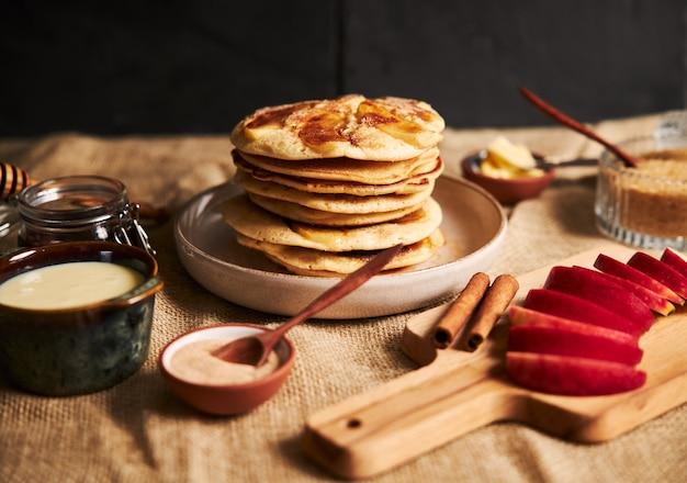Foto de panqueques de manzana con manzanas y otros ingredientes sobre la mesa Foto gratis