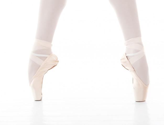Foto de los pies de la hermosa bailarina durante el baile de ballet Foto gratis