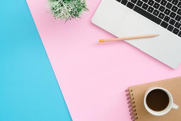 Foto plana y creativa de la mesa de trabajo. Foto gratis