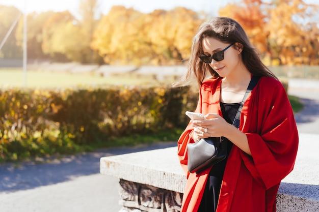 Foto de retrato de una joven con un teléfono inteligente Foto gratis