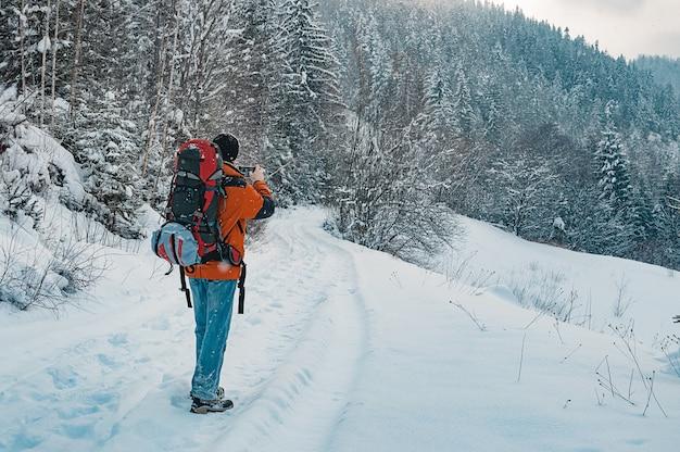 Foto de toma de turista de paisaje de invierno Foto Premium