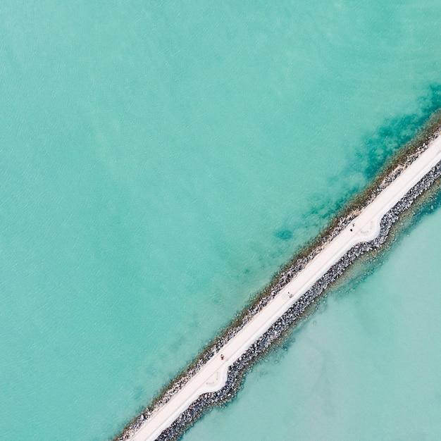 Fotografía aérea de caminos estrechos y delgados cerca de un muelle de embarque Foto gratis