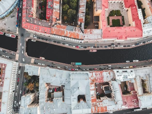 Fotografía aérea del centro histórico de la ciudad, tejados, san petersburgo, rusia. Foto Premium