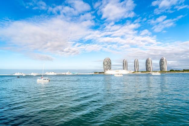 Fotografía aérea del paisaje de la isla de sanya y la arquitectura moderna Foto Premium