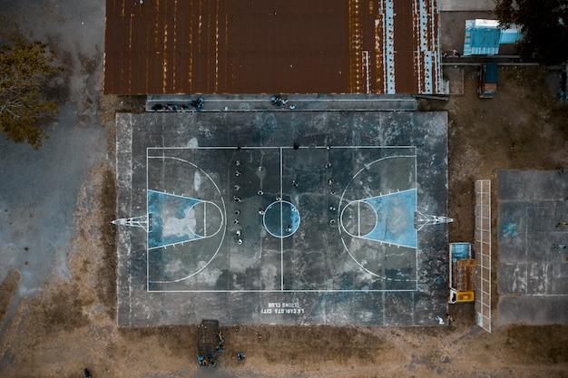 Fotografía cenital de personas en una cancha de baloncesto en el parque Foto gratis