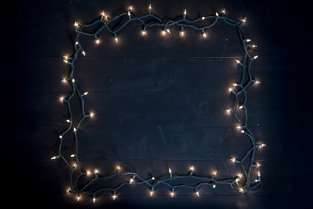 Fotografía cenital de una plaza hecha con luces de navidad sobre una superficie de madera Foto gratis