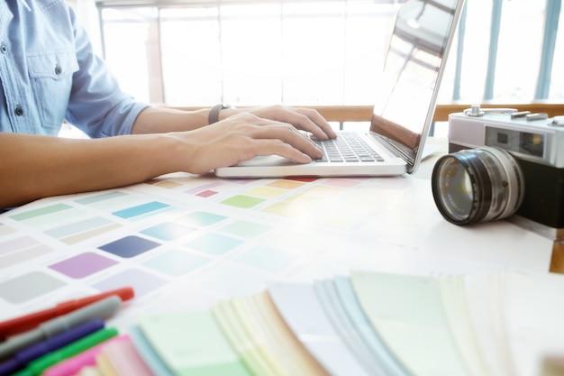 Fotografía y diseño gráfico creativo trabajando. Foto gratis