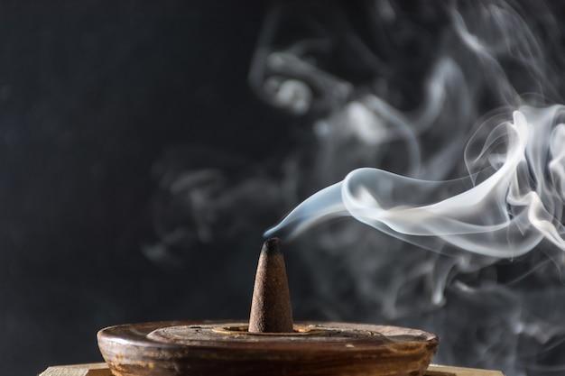 Fotografía del humo causado por varios inciensos. Foto Premium