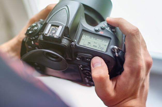 Fotógrafo configurando la cámara para un rodaje Foto Premium