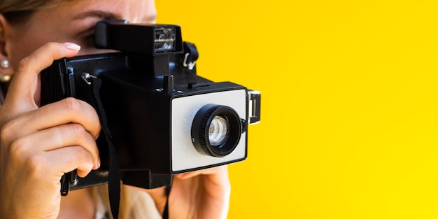 El fotógrafo trabaja activamente con espacio de copia Foto gratis