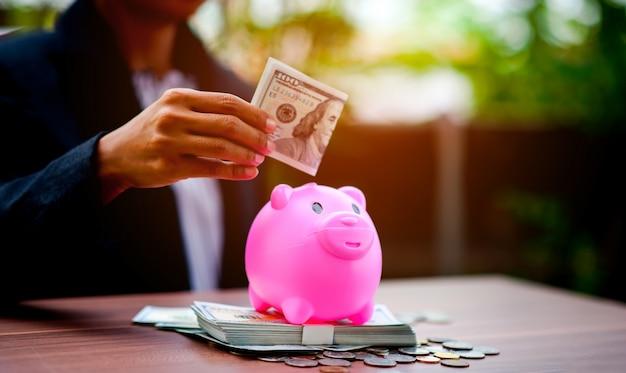Fotos de primer plano de dinero y cerdos, ahorrando dinero. Foto Premium