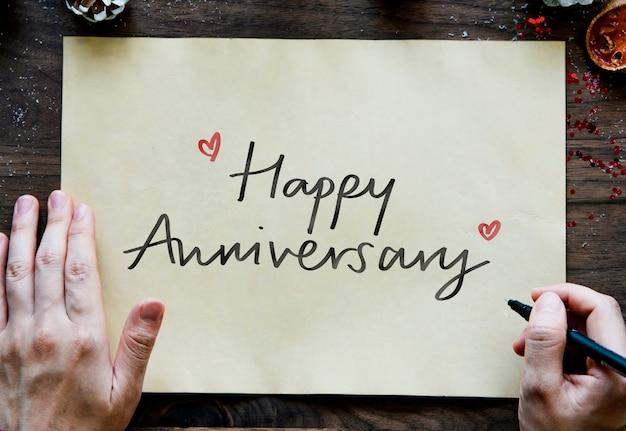 Frase Feliz Aniversario En Un Papel Foto Gratis