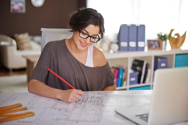 Freelancer durante el trabajo en la oficina en casa Foto gratis