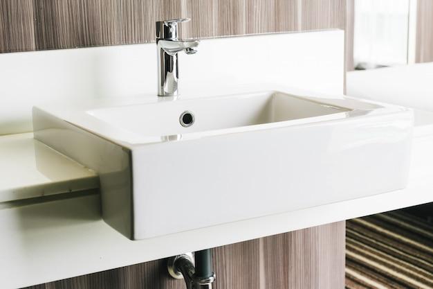 Fregadero y grifo modernos blancos en baño. Foto gratis