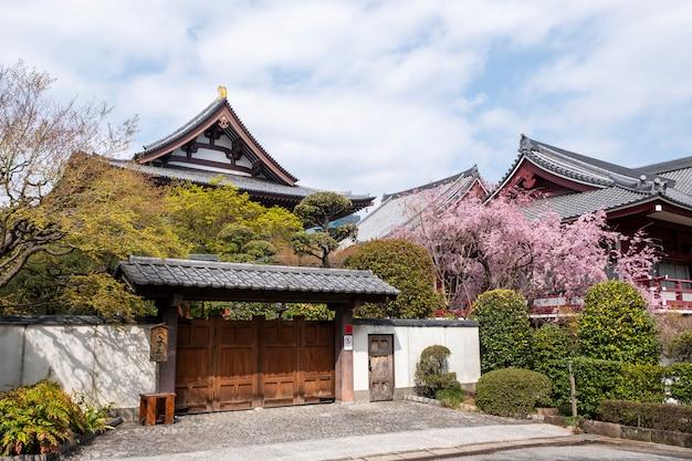 Frente del templo en estilo japonés Foto gratis