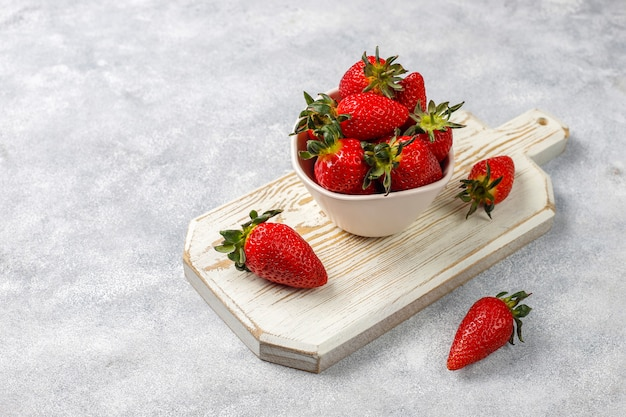 Fresas jugosas frescas sobre fondo claro, vista superior Foto gratis