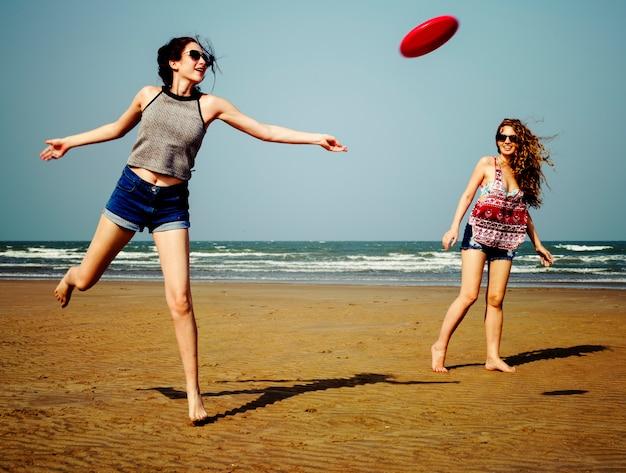 Frisbee beach chill coast verano mujer niña concepto Foto Premium
