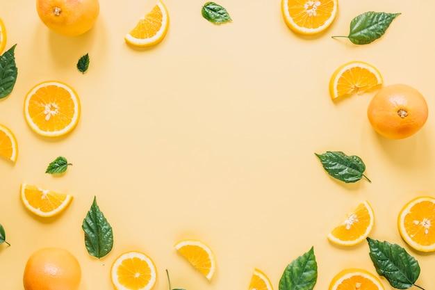 Frontera de naranjas y hojas Foto gratis