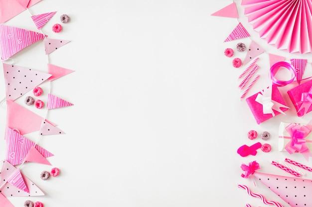 Froot loops caramelos; regalo de cumpleaños y accesorios de fiesta sobre fondo blanco Foto gratis