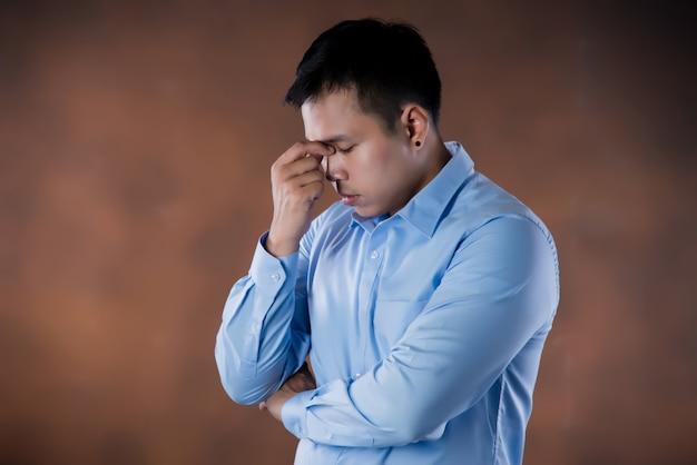 Frustración. joven empresario frustrado y estresado Foto gratis