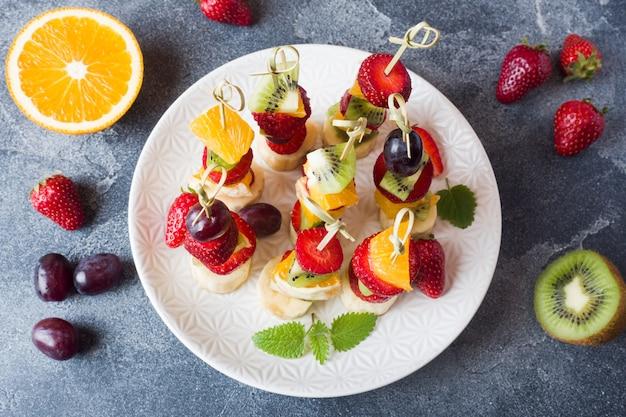 Fruta fresca en brochetas. Foto Premium