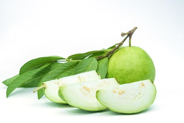 Fruta de guayaba aislada en el fondo blanco. Foto Premium